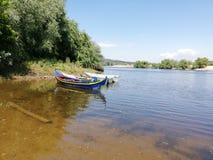 Barcos de pesca en el río Foto de archivo