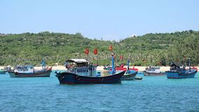 Barcos de pesca en la bahía cerca de la orilla metrajes