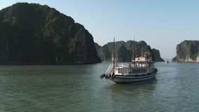 Barcos de pesca en la bahía de Halong, Vietnam almacen de metraje de vídeo