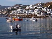 Barcos de pesca en la bahía de Mykonos Imágenes de archivo libres de regalías