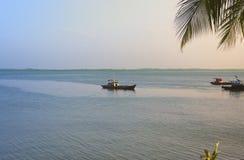 Barcos de pesca en la bahía en la puesta del sol fotos de archivo libres de regalías