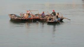 Barcos de pesca en la bahía larga de la ha almacen de metraje de vídeo