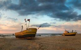 Barcos de pesca en la costa del mar Báltico Imagenes de archivo