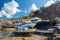 Barcos de pesca en la orilla de la acción Isla Grecia, Mar Egeo de Symi Imágenes de archivo libres de regalías