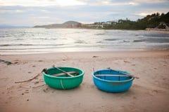 Barcos de pesca en la orilla de Vietnam foto de archivo
