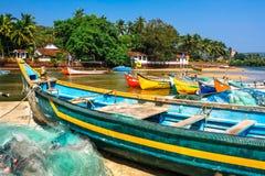 Barcos de pesca en la orilla del río Imágenes de archivo libres de regalías