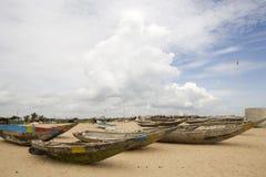 Barcos de pesca en la playa. Fotos de archivo