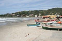 Barcos de pesca en la playa Foto de archivo libre de regalías