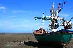Barcos de pesca en la playa con el cielo azul Fotografía de archivo libre de regalías