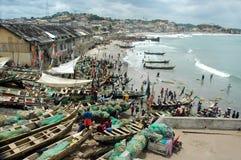 Barcos de pesca en la playa de la costa del cabo Fotos de archivo