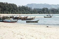 Barcos de pesca en la playa del nai yang fotos de archivo