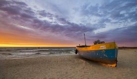 Barcos de pesca en la playa durante una tormenta Imagen de archivo libre de regalías