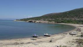 Barcos de pesca en la playa en el skala Marion Thassos Grecia almacen de video