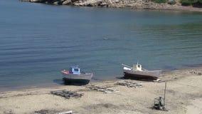 Barcos de pesca en la playa en el skala Marion Thassos Grecia metrajes