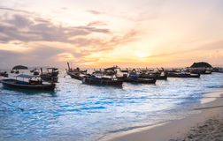 Barcos de pesca en la playa en la isla de Lipe del paisaje marino de la visión y salida del sol ligera hermosa por mañana Fotos de archivo libres de regalías