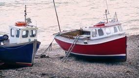Barcos de pesca en la playa almacen de video