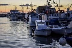 Barcos de pesca en la puesta del sol Foto de archivo