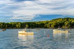 Barcos de pesca en la puesta del sol Fotos de archivo