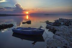 Barcos de pesca en la puesta del sol Imagenes de archivo