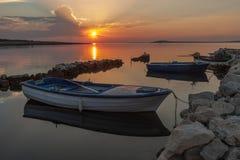 Barcos de pesca en la puesta del sol Fotos de archivo libres de regalías