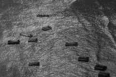 Barcos de pesca en la zona intermareal costera Imagen de archivo libre de regalías