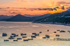 Barcos de pesca en la zona intermareal costera Foto de archivo libre de regalías