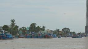 Barcos de pesca en los edificios de la costa con daños después del tifón