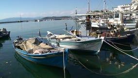 Barcos de pesca en los limenas, ciudad de Thassos, Grecia almacen de video