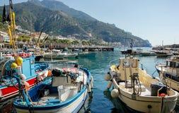 Barcos de pesca en Maiori en la costa de Amalfi, Italia imagen de archivo libre de regalías