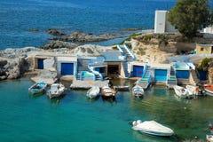 Barcos de pesca en Mandrakia en la isla de los Milos Imagen de archivo libre de regalías