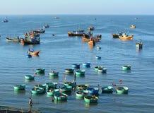 Barcos de pesca en Nha Trang, Vietnam meridional Imágenes de archivo libres de regalías