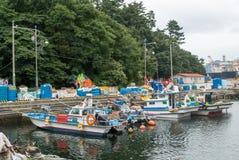 Barcos de pesca en Okpo Imágenes de archivo libres de regalías