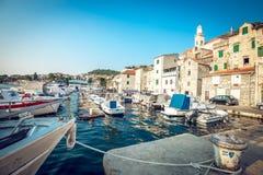 Barcos de pesca en pequeño puerto en Sibenik, Croacia Imagen de archivo