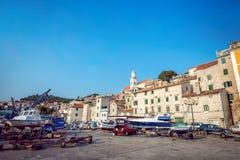 Barcos de pesca en pequeño puerto en Sibenik, Croacia Fotos de archivo libres de regalías