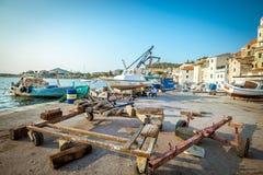 Barcos de pesca en pequeño puerto en Sibenik, Croacia Imagen de archivo libre de regalías
