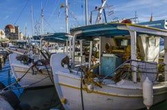 Barcos de pesca en puerto del aegina Foto de archivo libre de regalías
