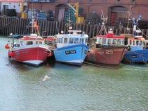 Barcos de pesca en puerto inglés fotos de archivo libres de regalías
