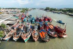 Barcos de pesca en un acceso Imágenes de archivo libres de regalías