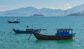 Barcos de pesca en un océano Nha Trang Vietnam de la turquesa Fotografía de archivo libre de regalías