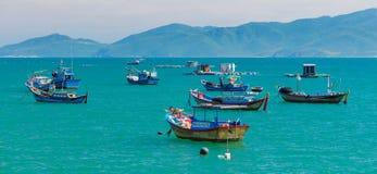 Barcos de pesca en un océano Vietnam de la turquesa Foto de archivo libre de regalías