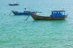 Barcos de pesca en un océano Vietnam de la turquesa Imagenes de archivo