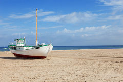 Barcos de pesca encalhados na praia Foto de Stock