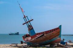 Barcos de pesca estacionados na praia Foto de Stock