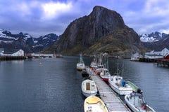 Barcos de pesca de estacionamento ao longo do cais em Hamnoy, Reine, ilha de Lofoten Foto de Stock
