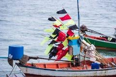 Barcos de pesca flotantes encallado en el puerto en la puesta del sol t del mar foto de archivo libre de regalías