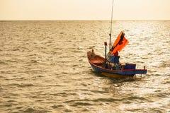 Barcos de pesca flotantes encallado en el puerto en la puesta del sol t del mar fotos de archivo libres de regalías