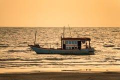 Barcos de pesca flotantes encallado en el puerto en la puesta del sol t del mar fotografía de archivo