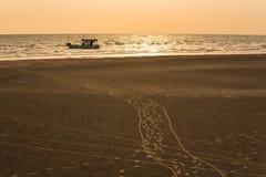 Barcos de pesca de flutuação encalhada no porto no por do sol t do mar imagens de stock royalty free