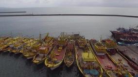 Barcos de pesca grandes anclados de lado a lado en el puerto del puerto Antena del abejón almacen de video