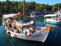 Barcos de pesca gregos, Galaxidi, Grécia Imagens de Stock Royalty Free